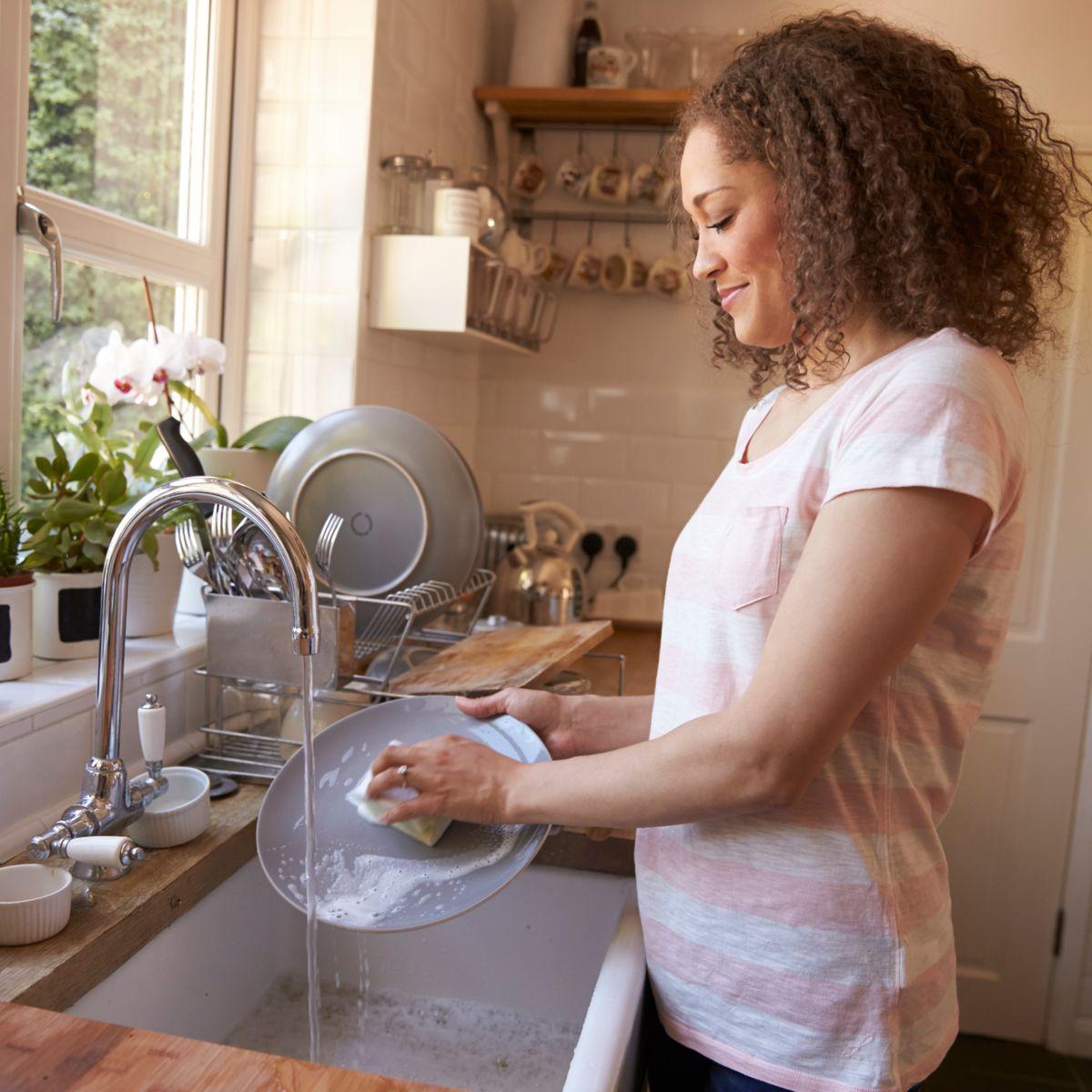 5-erreurs-que-l-on-fait-toutes-en-nettoyant-notre-vaisselle-a-la-main.jpeg